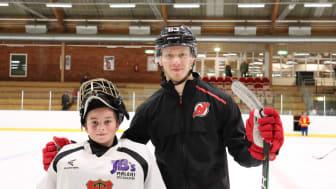 Bild på Hugo som överraskades av  NHL-spelaren Jesper Bratt