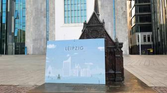 Adventskalender Leipzig vor dem Modell der Universitätskirche