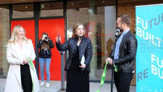 Massivtrehusene på Kringsjå Studentby ble åpnet av utdanningsminister Iselin Nybø (midten), Elisabeth Holien (Velferdstinget) t.v og SiOs styreleder Vetle Bo Saga (t.h) (Foto: Unni Irmelin Kvam / SiO)