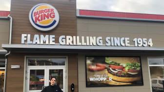 Daglig leder Sara Amin utenfor Burger King Lillehammer. Foto: Burger King