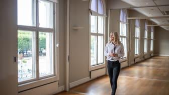 Hotelldirektør Johanna Furenbäck i den delen av bygget der de nye rommene kommer, med Flytoget rett bak.