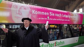 Martin Luther alias Norbert Hein präsentiert die neue Elster-Saale-Bahn am Hauptbahnhof Leipzig
