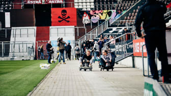 Kopf an Kopf: Nico Rosberg & Ewald Lienen im Millerntor beim 1. sozialen E-Kartrennen