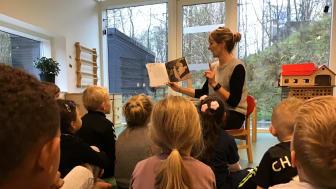 """Børnebogen """"Da løven Ali ikke ville vaske hænder"""" læses højt for børnene i Børnehuset Løvbakken i Aalborg."""
