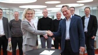 Helene Egebøl og Henrik Bindslev trykker hånd på SDU og Schneider Electrics nye aftale