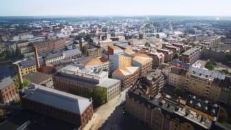 Kopparhusen fyller ett tomrum och tar tydlig plats i staden med universitetet och industrilandskapet som nära grannar.