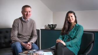 Jennifer Lamson er på plass som ny miljø- og energirådgiver. Her sammen med forvaltningsdirektør Finn Halvorsen.
