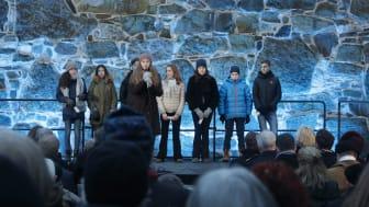 Ungdom fra Det Mosaiske Trossamfund leser opp navn på norske jøder som ble ofre for den nazistiske utryddelsespolitikken. Foto: HL-senteret