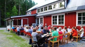 Spannarbodas bygdegård Sveaborg firar 100-årsjubileum i år. Bilden från ett av bygdegårdens välbesökta sommarcaféer.