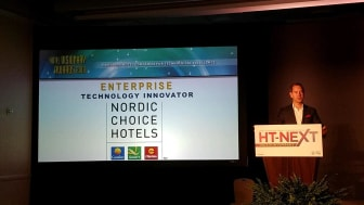 Christian Lundén, innovationschef Nordic Choice Hotels, tar emot utmärkelsen Hotel Visionary Awards i San Diego. Bild: Nordic Choice Hotels.