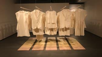 Konstruerad detalj består av textila installationer, objekt och måleri.