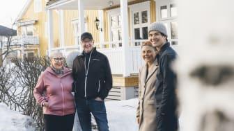Eva och Lennart Lundmark som hyr ut sitt gårdshus till Frida Markstedt och Simon Åström. Foto: Jonas Westling.