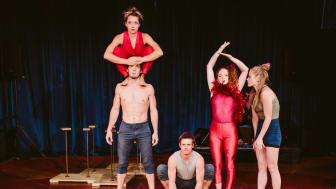 Rhiannon Cave-Walker, Daniel Cave-Walker, Matt Pasquet, Imogen Huzel, Enni-maria Lymi träffades på Dans och Cirkushögskolan i Stockholm.