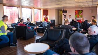 """Det var, med adm. direktør Søren Nørgaard Thomsens ord, """"en utrolig heldig, hollandsk fiskeskipper"""", som besætningen på 'Esvagt Connector' reddede op af Nordsøen den 9. september. For indsatsen modtog besætningen erindringsgaver og tak."""
