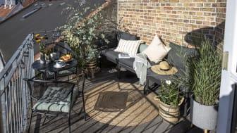 Selvom altaner kan være små, så er det stadig muligt at skabe loungestemning og hyggelige kroge med de rigtige møbler, tæpper, puder og planter.