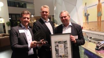 Avinor vant Norsk Bergindustris natursteinspris for gulvet i det nye terminalbygget på Oslo Lufthavn. Styreleder Henrik Bager delte ut prisen under festmiddagen på høstmøtet