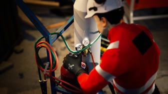 Arbeider-sjekker-trykk-pa-gassflasker-TRA-01920- Foto_Amanda_van_Til (1)