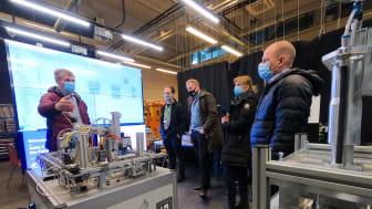 Aalto-yliopiston Factory of the Future -yksikössä professori Valeriy Vyatkin ja Schneider Electriciltä Harry Nyqvist, Tuomas Korhonen, Sanna Olkkonen ja Heikki Hietanen.jpg