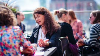 Daglig leder Katharina Bramslev i Grønn Byggallianse i ivrig dialog med representant for The Concrete Initiative (TCI) - et europeisk samarbeid mellom alle produsenter av sement og betong. Vi hadde mange innspill. Foto: Geir Anders Rybakken Ørslien.