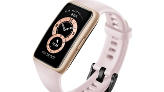 Huawei Band 6 i färgen Sakura Pink.