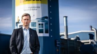Andréas Dahl framför NorDans fabrik i Tanum