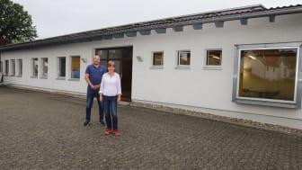 Rolf Muster, Schulleiter der Hephata-Förderschule, und Elisabeth Schindelmann, Standortleiterin Friedrich-Trost-Schule, vor dem Gebäude der ehemaligen Druckerei Plag im Treysaer Sandweg.