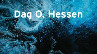 Følelsen av det ufattelige, og at det er lag på lag med skjulte innsikter som fortsatt venter på oss, får jeg fremdeles om jeg en sjelden gang finner tid til å stå alene under stjernehimmelen en mørk vinterkveld, skriver bokaktuelle Dag O. Hessen