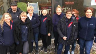 Ett glatt gäng Sodexomedarbetare som volontärarbetade på Stockholms Stadsmissions produktion- och insamlingsenhet i Sätra tidigare i år.