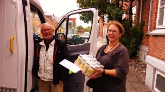 Frivillig Finn Hjortshøj fra fødevareBanken leverer frisk overskudsmad til køkkenansvarlig Susanne Nykjær Andersen fra Blå Kors' varmestue i Herning.