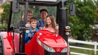 Under Traktorns Dag hyllas traktens bönder och deras traktorer i Skånes Djurpark.
