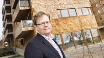 IVL:s Martin Erlandsson vid trähusen i kvarteret Strandparken i Sundbyberg.                  Foto: Anette Andersson