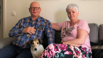 Alf och Annelie Annas i sitt nya kloka hem i Åhus, med hunden Lucy mellan sig