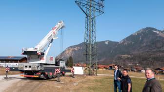 Abschied nach 60 Jahren: Mit dem Rückbau des Strommasts neben dem Sportplatz schließt das Bayernwerk das Projekt zur Verkabelung Unterwössens ab. Dabei: Bürgermeister Ludwig Entfellner, Michael Summerer und Michael Mayr vom Netzbetreiber (von vorne).
