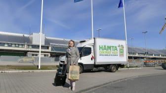 Charlotte Ljunggren vid Coops leveransbil för upphämtning av matkassar på Göteborg Landvetter. Foto: Tommy Holl