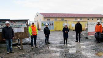 Bogens Bürgermeisterin Andrea Probst hat sich vor Ort einen Eindruck vom Baufortschritt des neuen Umspannwerks gemacht. Projektleiter Michael Bauer (l.) und Kommunalmanager Andre Zorger (3.v.l.) haben den 7,4-Millionen-Euro-Bau vorgestellt.