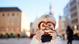 München: Liten gutt med brezel © iStock / Getty Images Plus F: SbytovaMN OBS: Videre bruk av bildet ikke tillat.