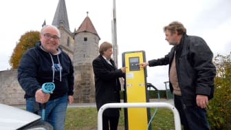 Freuen sich über die neuen Lademöglichkeiten am Heßdorfer Rathaus und in Hannberg (v. l.): der erste Kunde, ein Anwohner aus Großenseebach, sowie Bayernwerk-Kommunalbetreuer Ralf Schwarz und Heßdorfs Bürgermeister Horst Rehder.