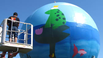 Hällbyskolans vinnande teckning snart färdigmålad på globen vid Ekebys Reningsverk