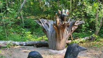 Konstnären Mikael Liljeqvist har skapat träskulpturer på temat nordisk mytologi i barnens paradis och äventyrsskog Jordbodalen
