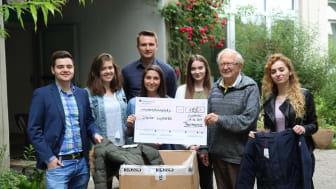 Das Barmenia-Sozialpartnerprojekt-Team (Stefano Fisconi, Elina Klayziewski, Jens, Biermann, Sherina Raucamp v.l.) überreicht die Kleider- und Geldspende an die Chance! Wuppertal.