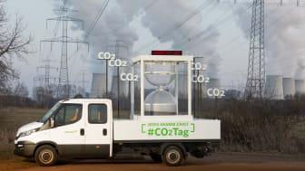 CO2-Tag 2018: Fahrzeug vor Stromleitungen und Kraftwerk
