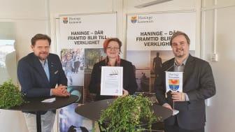 Här tar Haninge kommuns förtroendevalda mot priset Guldtriangeln. Foto: Nils Bergmark