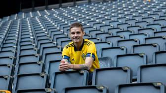 Varannan svensk kommer att följa de svenska fotbollslandslagen i sommarens mästerskap, visar en ny Sifo-undersökning från landslagens sponsor Carlsberg.