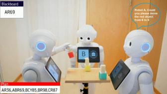 Experimentell uppställning av samarbetande Pepper-robotar som flyttar objekt medan de förklarar sina egna och andras handlingar. Foto: Avinash Singh