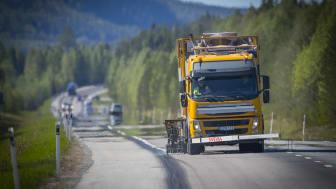 Svevia ska på uppdrag av Trafikverket utföra målning av vägmarkeringar i Dalarnas- och Gävleborgslän. Foto: Patrick Trägårdh