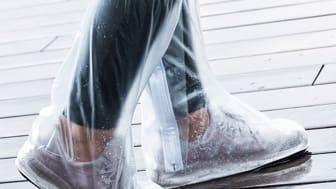Redo för plötsliga regnskurar med regnskydd för skorna.
