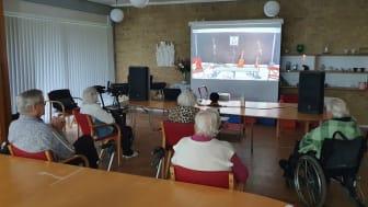 Ældre på Plejecenter Sjælsø fik oplevelsen af direkte streamet teater fra Nørrebro.
