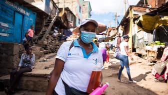 Hand in Hand-entreprenören Gladys Nginawanjiru med sina egentillverkade rengöringsprodukter. Foto: What took you so long.