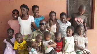 Manuel Rodrigues med barn  – World's Children's Prize barnrättshjälte