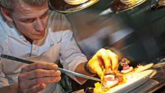 Kocken Dirk Hoberg gör de sista finjusteringarna på tallriken på Restaurant Ophelia på Hotel Riva i Konstanz vid Bodensjön. FOTO: Hotel Riva